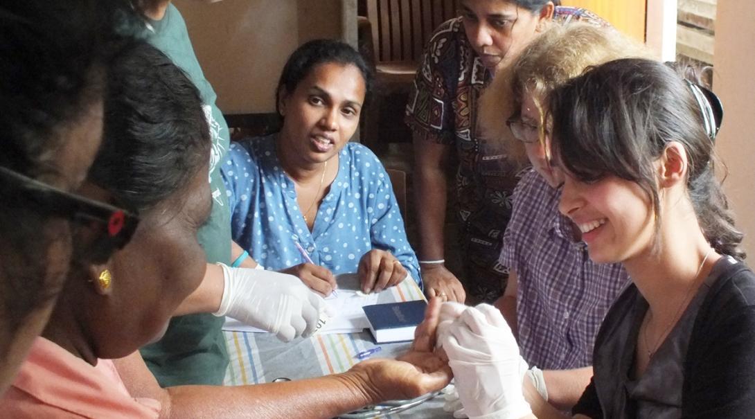 ヘルススクリーニングを行うスリランカの助産師インターンたち